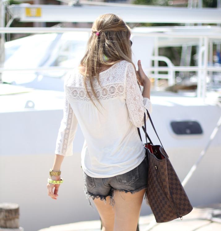 Denim shorts and lace top, Fashion blogger, Mónica Sors, Mes Voyages à Paris