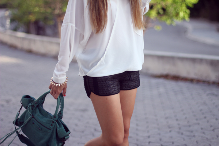 Black and white look blogger (2)