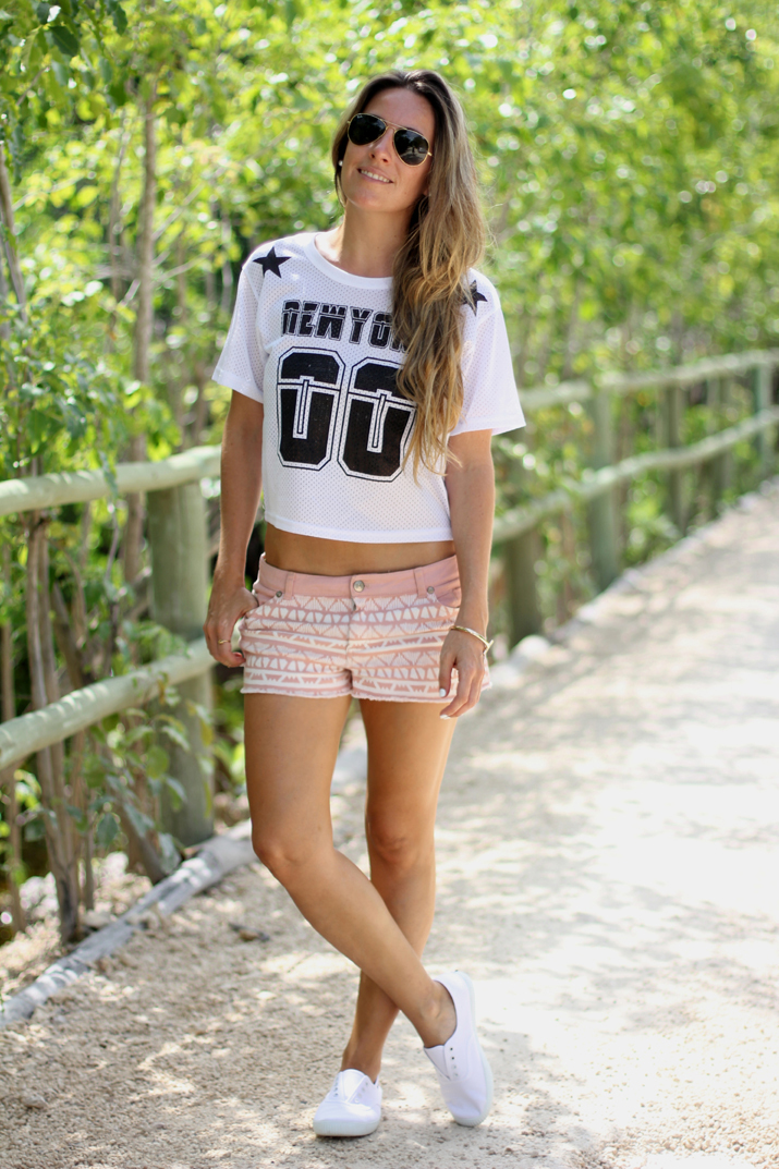 Ethnic shorts and sports crop top fashion blogger Mónica Sors, Mes Voyages à Paris (1)