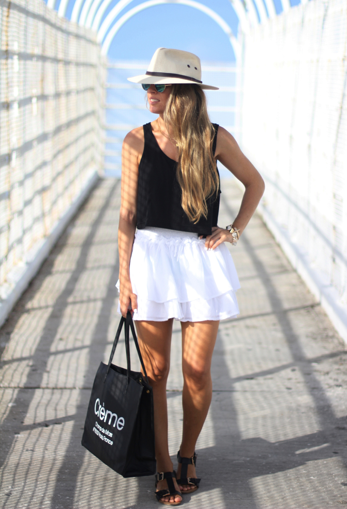 Beach outfit: white skirt fashion blogger Mónica Sors