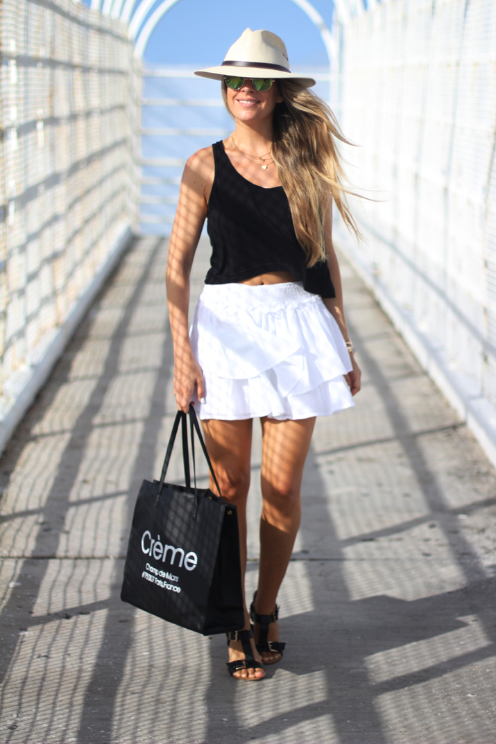 Beach outfit with white skirt fashion blogger