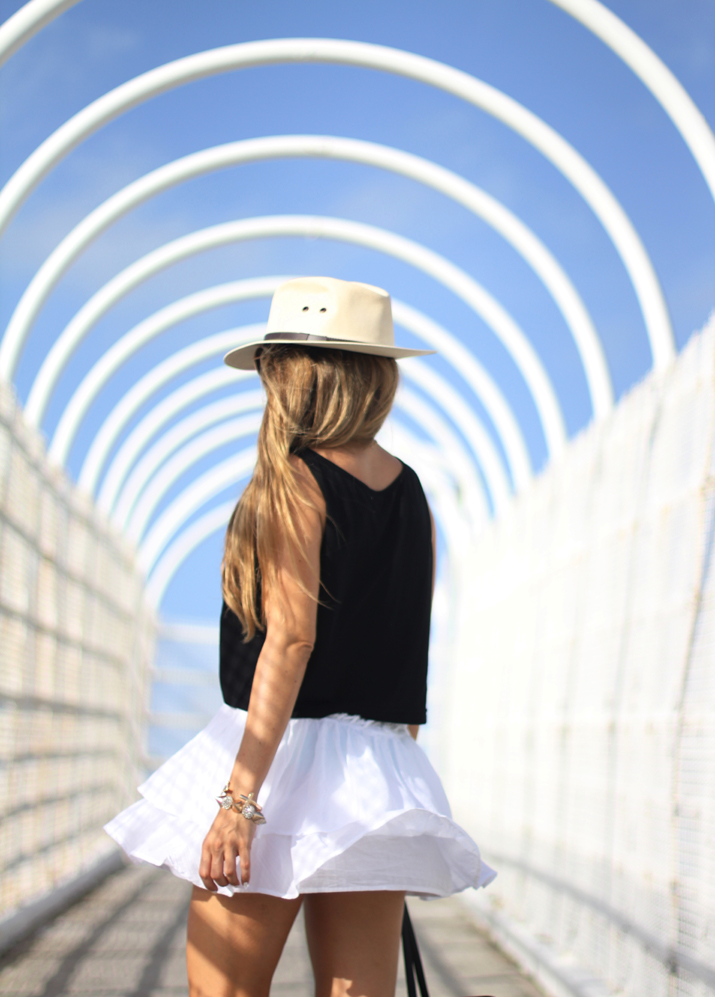 Beach outfit with white skirt by fashion blogger Mónica Sors