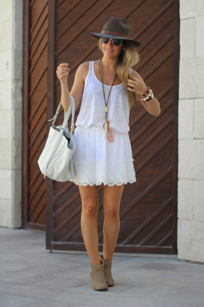 White lace skirt fashion blogger Mónica Sors