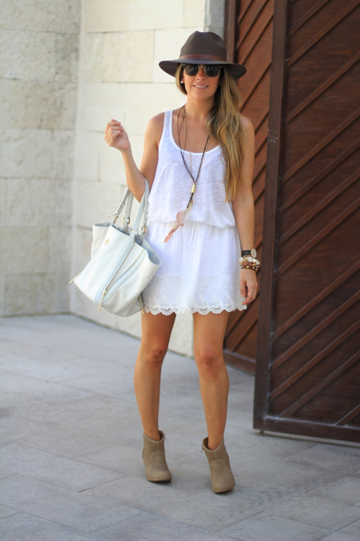 White lace skirt fashion blogger Mónica Sors (2)
